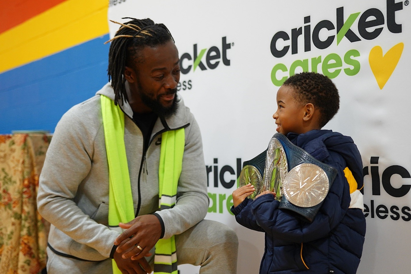 Cricket Wireless and WWE Superstar Kofi Kingston brought smiles and dinners to 150 families in Chicago for Thanksgiving.