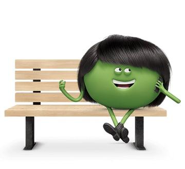 Ramón sentado en un banco hablando por teléfono